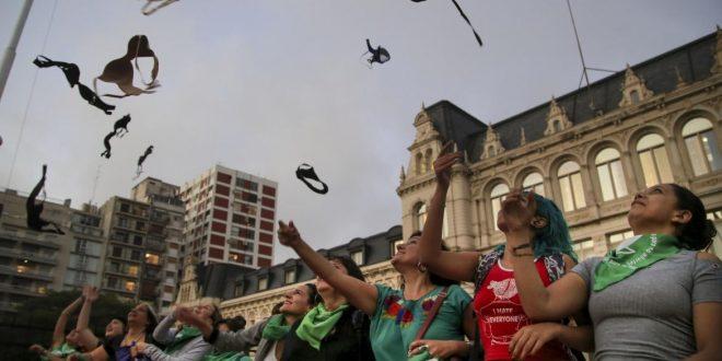 #Corpiñazo en FOTOS: frente a Educación, la manifestación contra la sanción a la alumna
