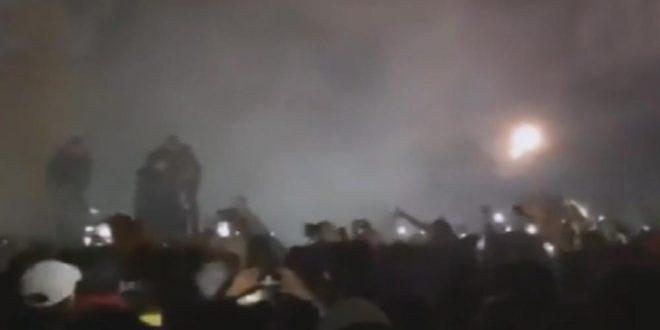 Pity Álvarez se demoró en recital de Viejas Locas y el público incendió el escenario