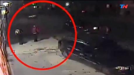 Video: El momento en que la bailarina Cecilia Rivas atropelló a dos delincuentes que acababan de robarle