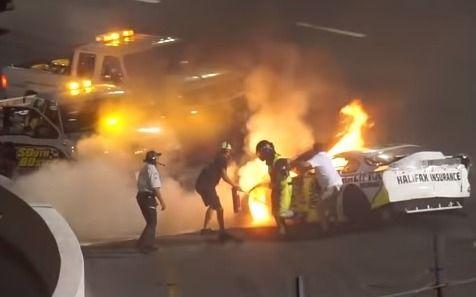 Video: Se incendió el auto de su hijo y lo rescató de entre las llamas