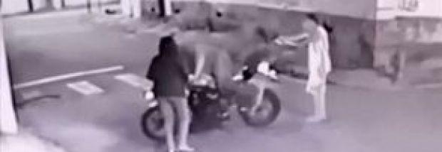 Intentaron robarle a un policía con pistolas falsas y ocurrió lo peor