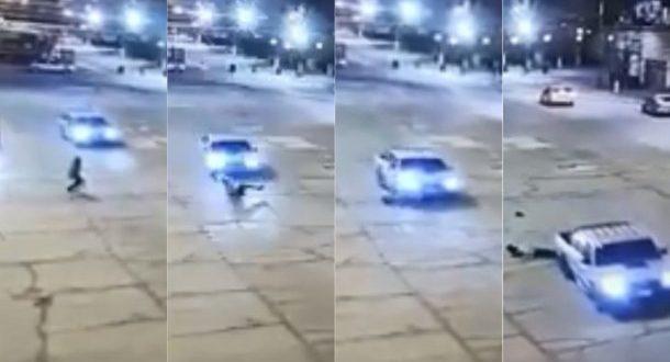 Resbaló cuando cruzaba la calle y la atropelló una camioneta