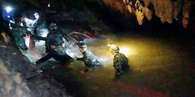 Murió un rescatista que volvía de llevarle comida a los chicos atrapados en Tailandia