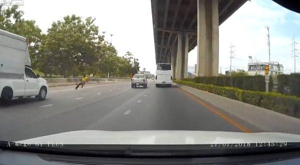 Se bajó del auto en una autopista, lo atropellaron y cayó al vacío
