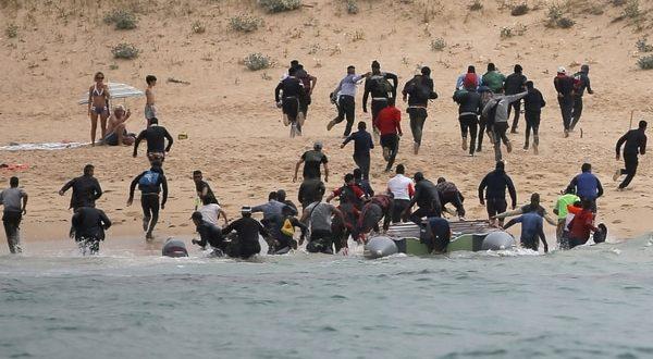 Video: La increíble llegada de 50 migrantes a playa española