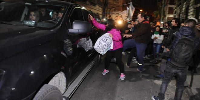 Militantes kirchneristas insultaron a policías y patearon los móviles cuando allanaban la casa de Cristina