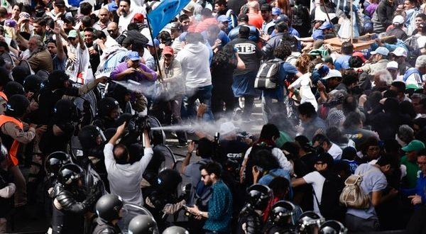 Videos: Así fueron los incidentes en el Puente Pueyrredón