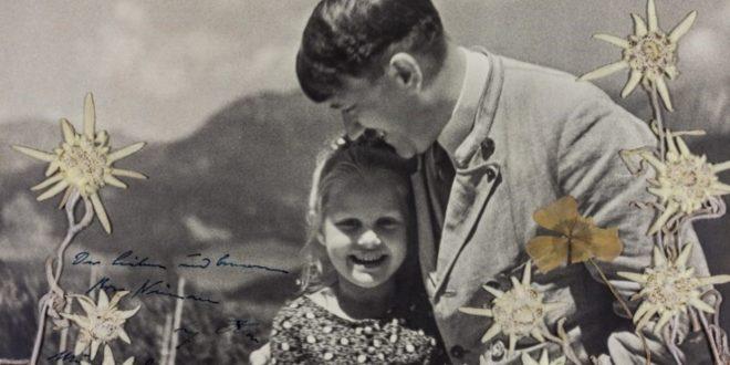 Subastan la foto de Adolf Hitler abrazando a una nena judía