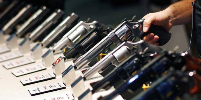 Una empresa le regalará un revólver a cada uno de sus empleados