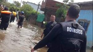 Se le inundó la casa, su bebé cayó de la cama y murió ahogado
