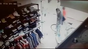 Fuerte video: una mujer fue apuñalada por su expareja mientras trabajaba en un local