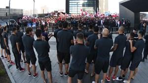 Los jugadores de River salieron a saludar a los hinchas que esperaban en la puerta del hotel