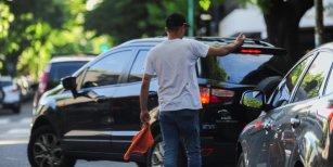 Prohíben por ley a trapitos y limpiavidrios en la Ciudad: habrá fuertes sanciones