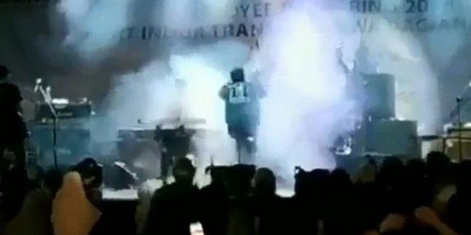 Video: El momento en que el tsunami arrasa un recital en Indonesia