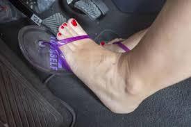 Severas multas por manejar en ojotas o sandalias