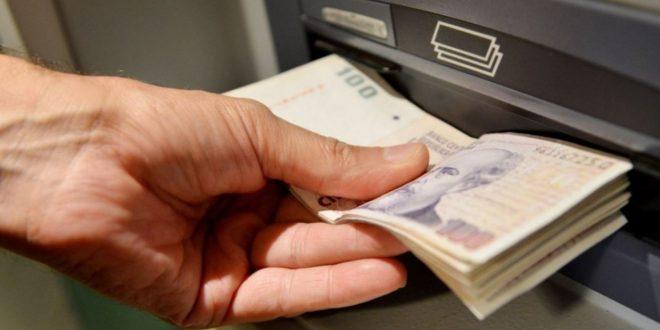 Buscan cobrar un porcentaje extra a quienes paguen con efectivo