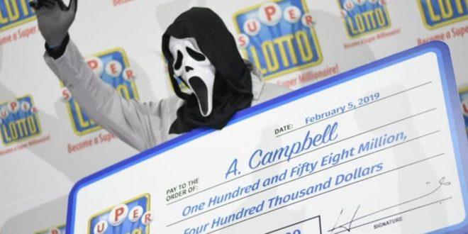 Ganó la lotería y fue a cobrar con una máscara de Scream para ocultarse de los pedigüeños