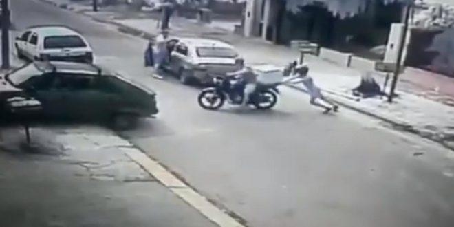 Video : Le robaron la moto y como no arrancaba le ayudo a los ladrones empujarla