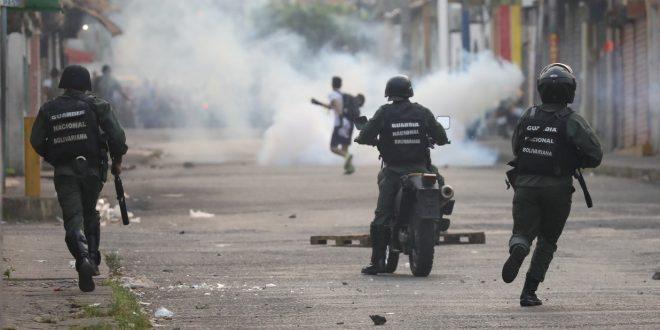 Militares de Maduro reprimen en un puente fronterizo con Colombia