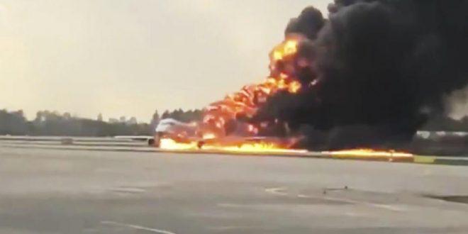 Video: Un avión se prendió fuego y debió aterrizar de emergencia en el aeropuerto de Moscú