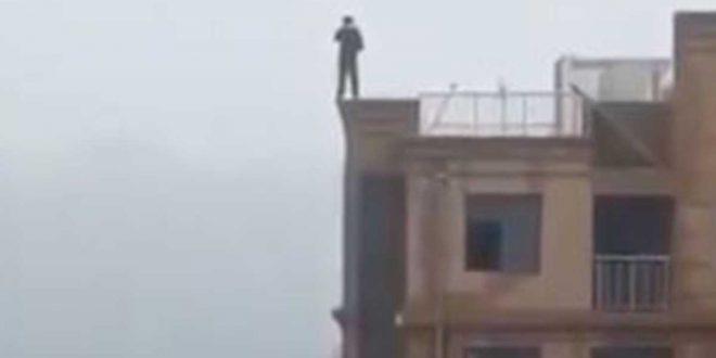 Video : Cae al vacio desde la terraza de un edificio por intentar tomarse una selfie