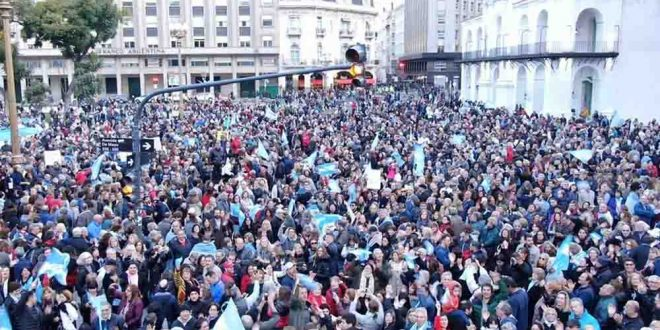 Video #24A Macri sale a saludar a la gente