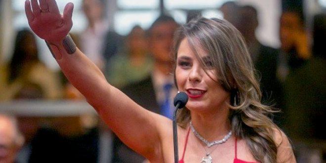 El sensual vestido de una diputada brasileña furor en las redes