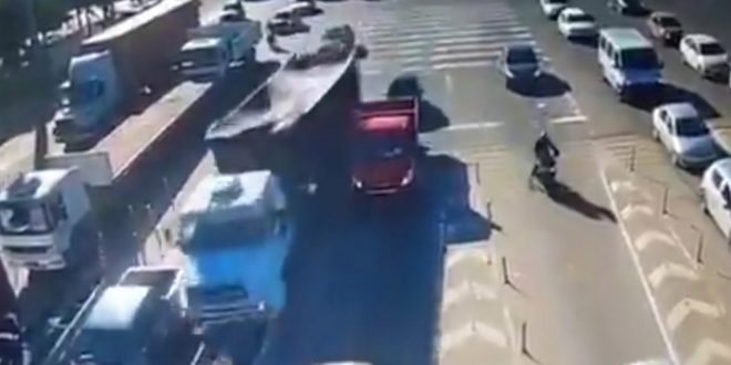 Video: Camion se estrella contra una cabina de peaje