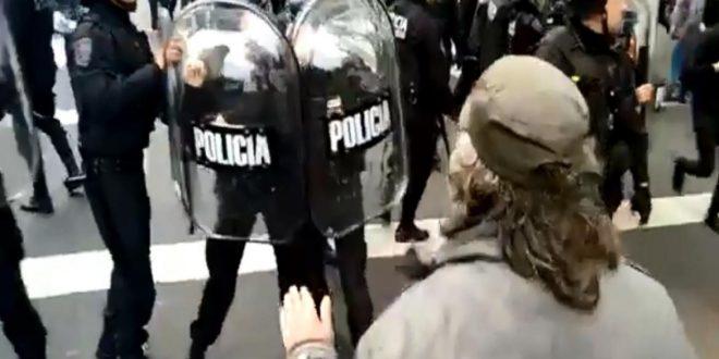Incidentes entre la Policía y los manifestantes en acampe en la 9 de Julio