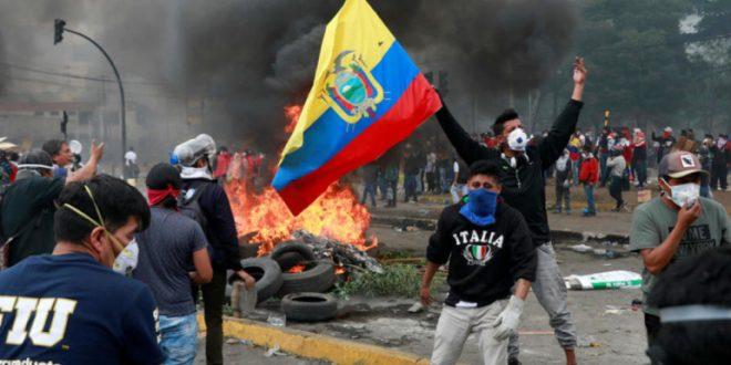 Video: El instante en que un manifestante recibe un balazo en la cabeza en Ecuador
