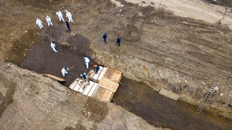 Nueva York entierra decenas de cuerpos por día en fosas comunes en una isla