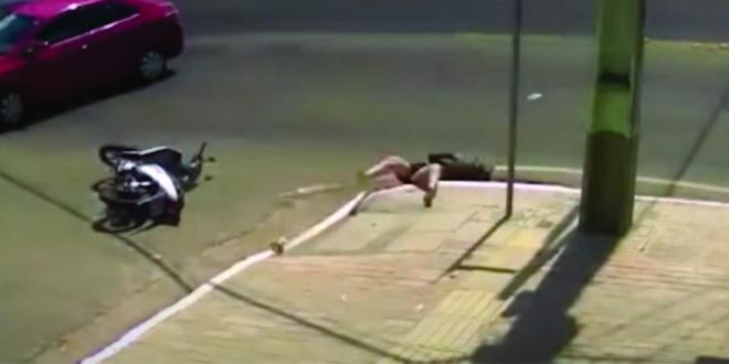 VIDEO: Se accidento con su moto y cayó en una alcantarilla