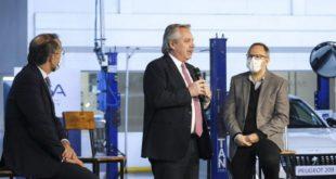 Video: El presidente va a la fábrica de Peugeot a inaugurar el nuevo modelo que lanzó la compañía... Y se pone a hablar de Ford.