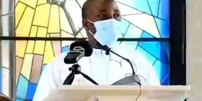 Video : Sacerdote muere en plena misa